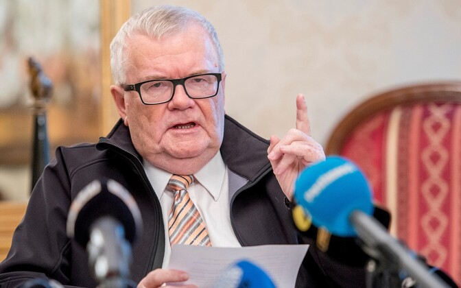 Internal Security Service and Prosecution suspect Edgar Savisaar of taking bribes. Savisaar said he is as clean as a whistle and will not resign over the allegations. He was suspended from office on September 30.