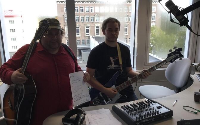 Jaan Pehk ja Madis Aesma Raadio 2 stuudios laulu loomas.