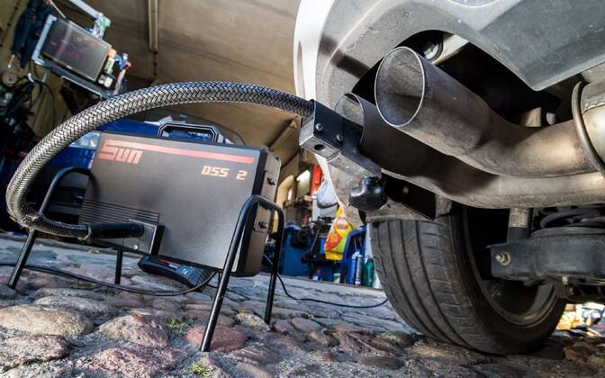 Проверка выхлопных газов у автомобиля Volkswagen Golf.