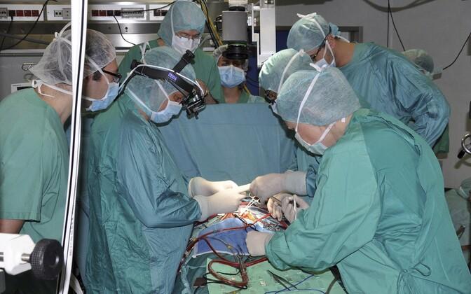 Südamepumba paigaldamine imikule 2012. aastal Roomas.