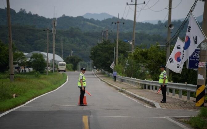 Lõuna-Korea politseinikud  kontrollpunktis Yeoncheoni külas demilitariseeritud tsooni lähedal