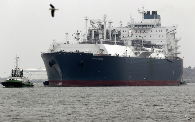 The Independence, a floating LNG terminal, arrives in Klaipeda, 2014.