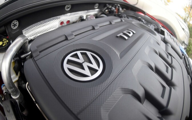 Volkswageni logo diiselauto mootoril
