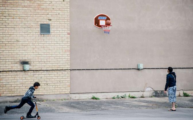 Беженцы у стен приемного пункта в пригороде Стокгольма.