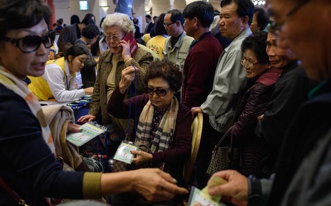Perekondade taasühinemise kohtumisele sõitvad lõuna-korealased 19. oktoobril Sochos