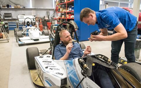 FS Team Tallinn meeskonna kapten Sander Tomson selgitab, kuidas rool kinnitub vormeli külge.