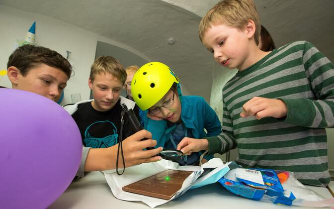 Lapsed katsetasid, kas luubi ja peegli abil on võimalik õhupall katki teha - oli küll. Üsna pea pärast täpset laseriga sihtimist kärgataski pall puruks.
