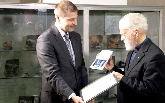 Vello Salo (paremal) sai siseminister Hanno Pevkurilt teenetemärgi