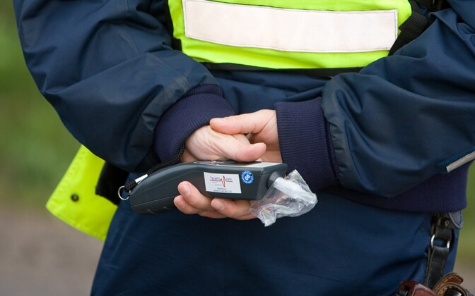 Politseinik alkomeetriga