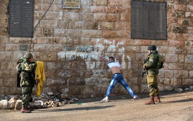 Iisraeli sõdurid otsivad 29. oktoobril Hebronis läbi palestiinlast