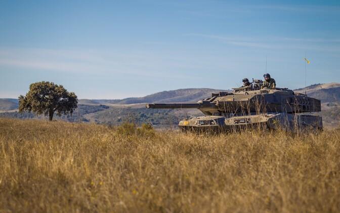 Балтийский батальон тренирует навыки защиты против танков и бронемашин.