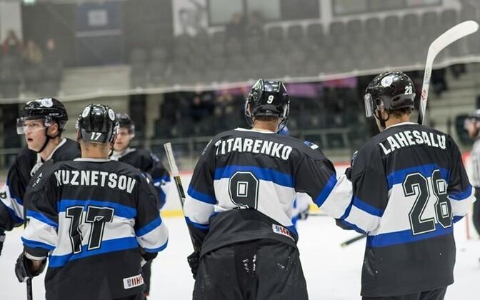 Сборная Эстонии по хоккею празднует успех.