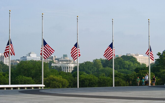 USA lipud pooles mastis.