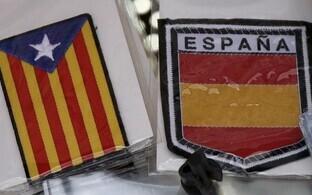 Kataloonia iseseisvuse sümboli ja Hispaania lipuvärvidega meened.