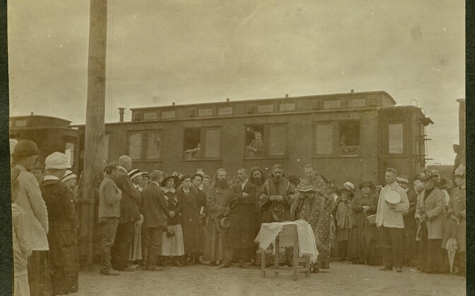 Õigeusu kirikutegelased õnnistamas Tartu raudteejaamas Venemaale evakueeritavaid ülikooli varasid.