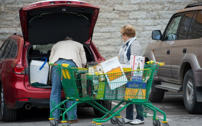 Finnish tourists loading alcohol into their car at the Port of Tallnn. Photo is illustrative.