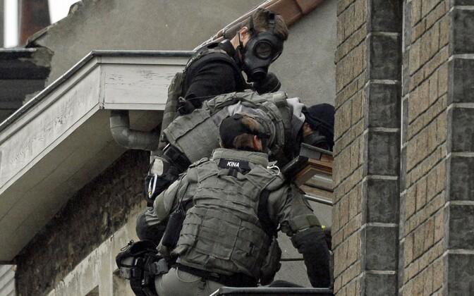 Belgia politsei eriüksuslased valmistuvad sisenema Molenbeeki linnaosas majja, kus arvati olevat Pariisi terrorirünnakutega seotud mees.