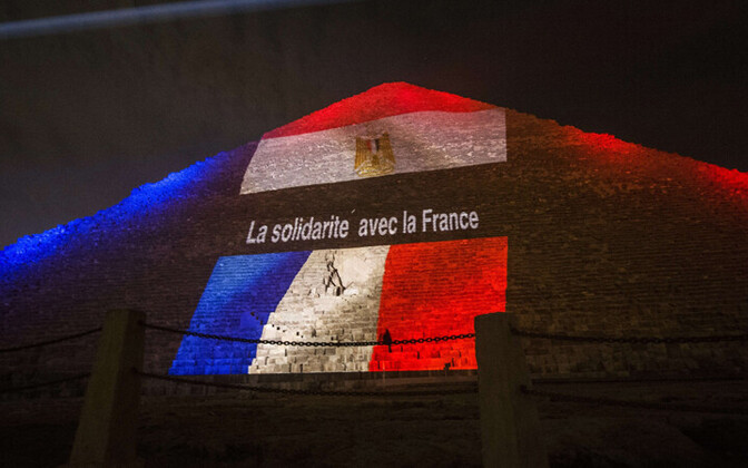 Prantsuse lipuvärvides Egiptuse püramiid