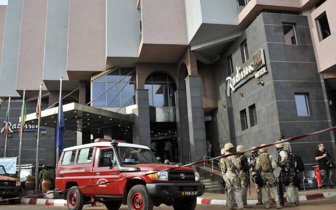 Mali eriväelased hotelli ees.