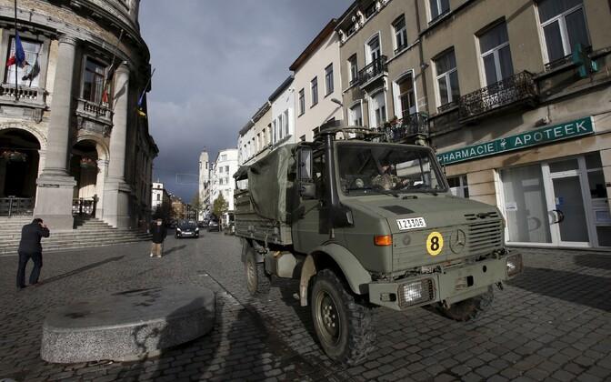 Brüssel, Molenbeek. Pärast seda, kui selgus, et Pariisi rünnakute taga olid Belgiast pärit radikaliseerunud moslemid, korraldas Belgia politsei mitmeid operatsioone kahtlustatavate tabamiseks. Viimastel päevadel on terroriohu tõttu toodud tänavale sõjaväg