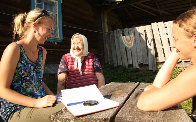 Miina Norvik (vasakul) kogumas keelenäiteid Vepsamaal 2014. aasta suvel.