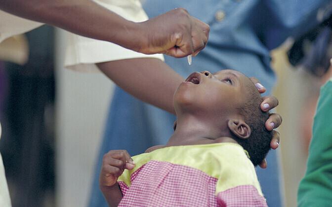 Lastehalvatuse vaktsiini manustamine Aafrikas.