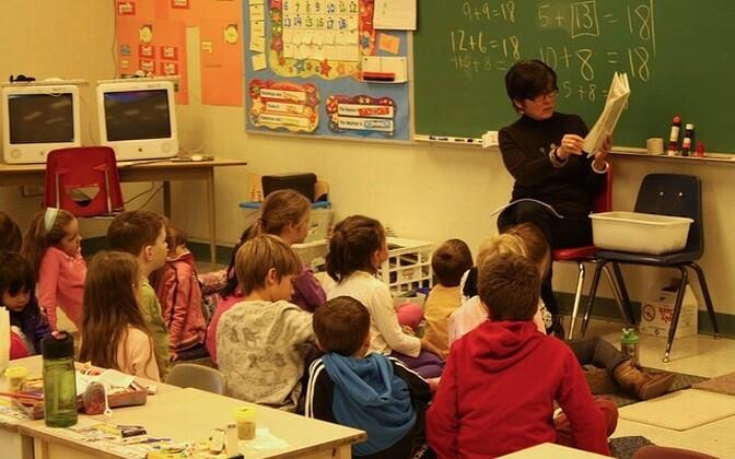 Õpetaja klassi ees.