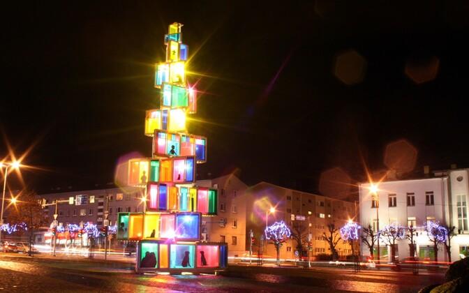 Rakvere 2015. aasta jõulupuu särab tuledes.