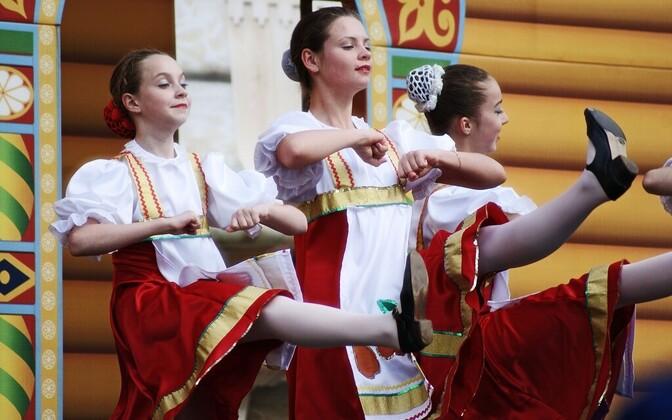 Tüdrukud Moskva tänavatel tantsimas. Need inimesed, kes elavad küllaltki suurel alal läänest idani, Poolast kuni Volga jõeni, on geneetiliselt vägagi sarnased.