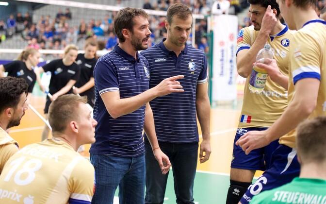Ardo Kreek (vasakul istumas) koos meeskonnakaaslastega treenereid kuulamas.