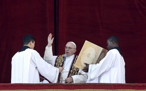 Paavst Franciscus edastab Vatikanis Püha Peetri väljakul urbi et orbi sõnumi.