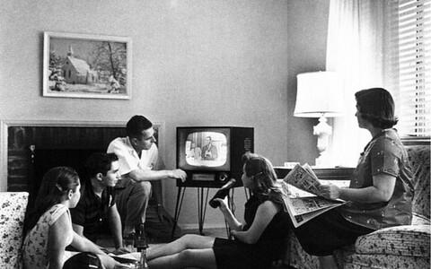 Pere 1958. aastal mustvalget televiisorit vaatamas