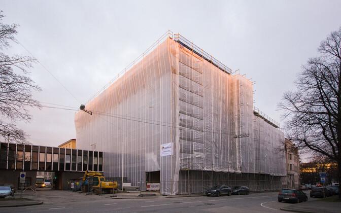 F.R Kreutzwaldi tn 14 kinnistul paikneb nurgalahendusena 1939. aastal arhitekt Elmar Lohk`i projekteeritud funktsionalistlikus esindusstiilis raadiohoone, mida sõjajärgsetel aastatel täiendati klassitsistlike detailidega nii fassaadidel kui ka interjöörid
