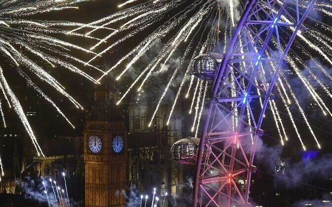 Новогодний салют в Лондоне.