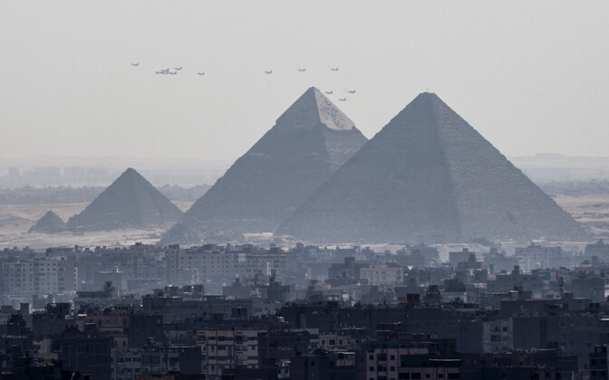 Giza püramiidid Kairo lähistel, taustal Egiptuse õhuväe hävituslennukid