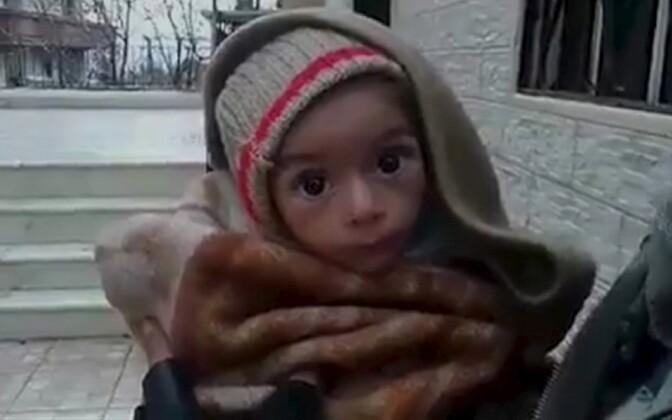 Videokaader nälginud imikust, mis on väidetavalt salvestatud Süüria loodeosas asuvas Madaya linnas