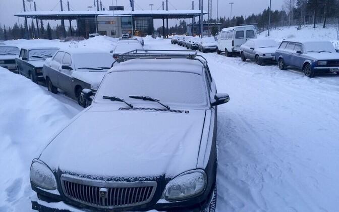 Varjupaigataotlejate poolt hüljatud vanad sõiduautod Salla piiripunktis