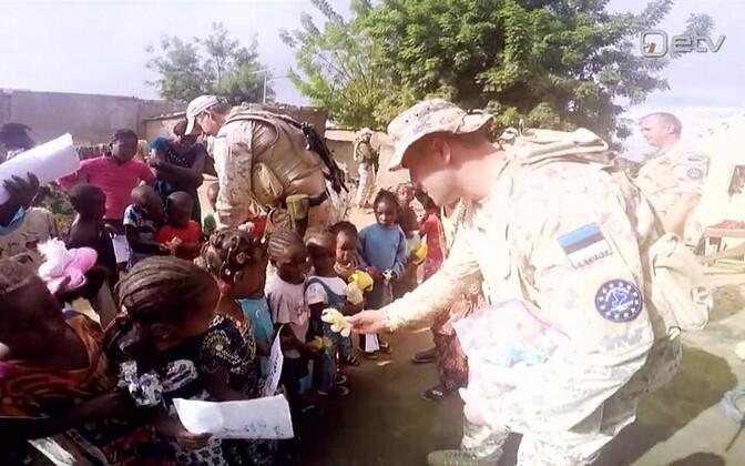 Eesti kaitseväelased viisid Mali lastekodulastele mänguasju.