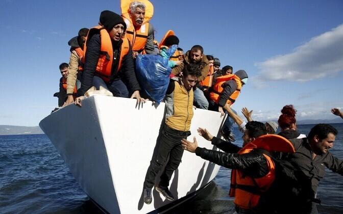 Мигранты высаживаются на греческий остров Лесбос.