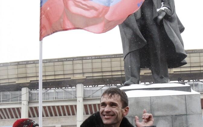 Lenini kuju ja Putini pildiga lipp