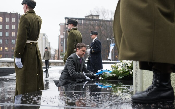 Taavi Rõivas laying a wreath on behalf of the Estonian people to mark the 96th anniversary of the Treaty of Tartu