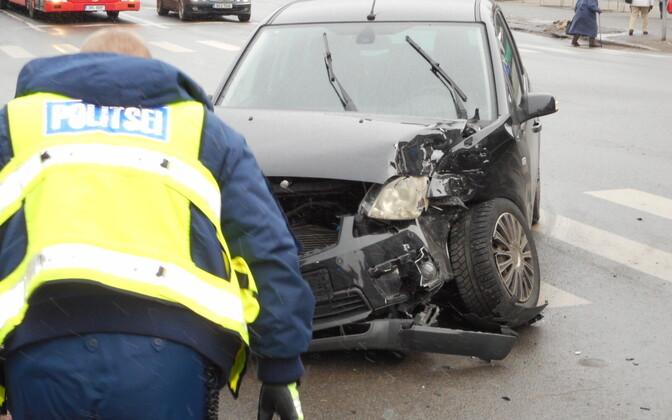 Päästeauto ja sõiduauto kokkupõrge Pärnus.