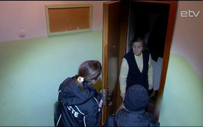 Инспекторы проверяют наличие дымовых датчиков в домах и квартирах.