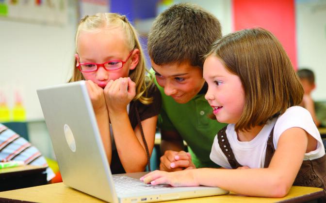 """Viiendik lastest nii Rootsis kui Eestis on sotsiaalmeedia kanalite kasutamiseks ennast vanemaks valetanud, näitab """"EU Kids Online'i"""" uuring."""