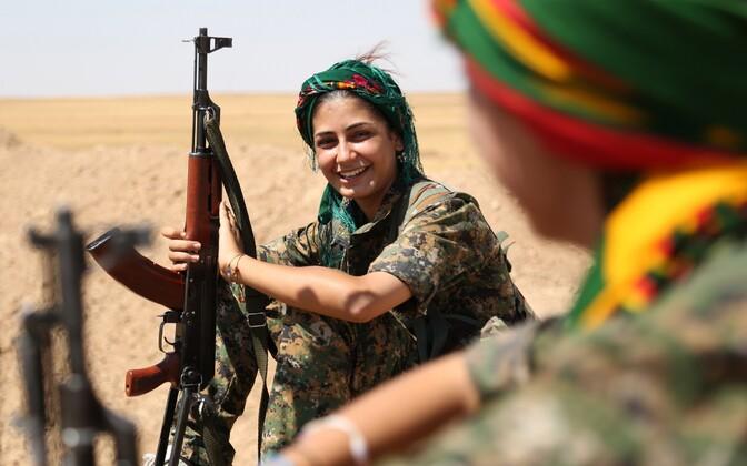Süüria kurdide omakaitseväe YPG naisvõitleja