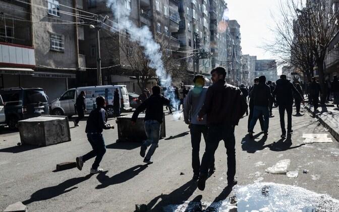 Столкновения протестующих с полицией в Диярбакыре 15.02.2016.