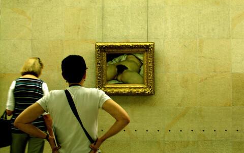 ''Maailma päritolu'' imetlevad turistid.