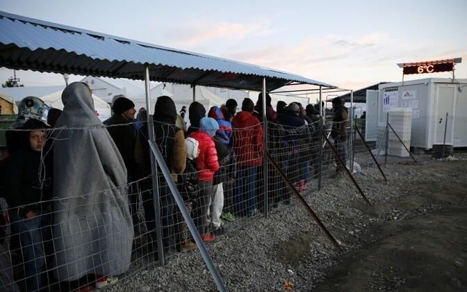 Очередь в пункте раздачи питания в лагере беженцев.