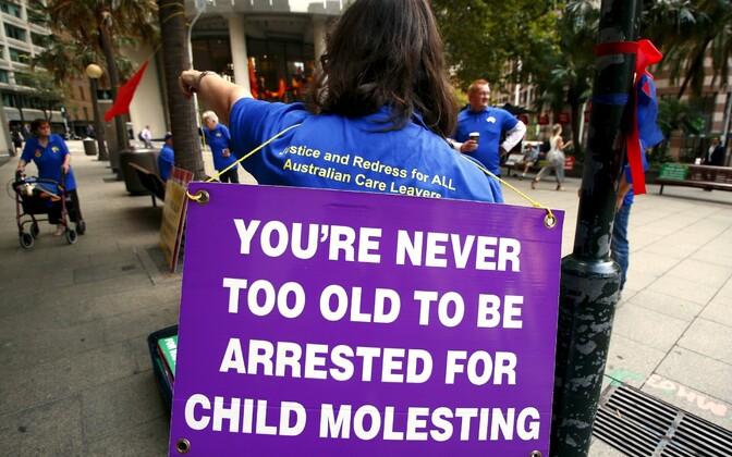 Austraalia meeleavaldaja pedofiilidest vaimulike vastu protestimas 29. veebruaril. Lause plakatil: