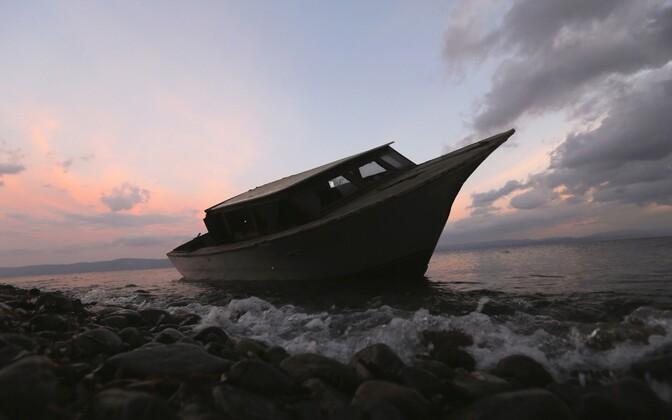 Smugeldajate kasutatud paat Egeuse meres asuva Lesbose saare rannal